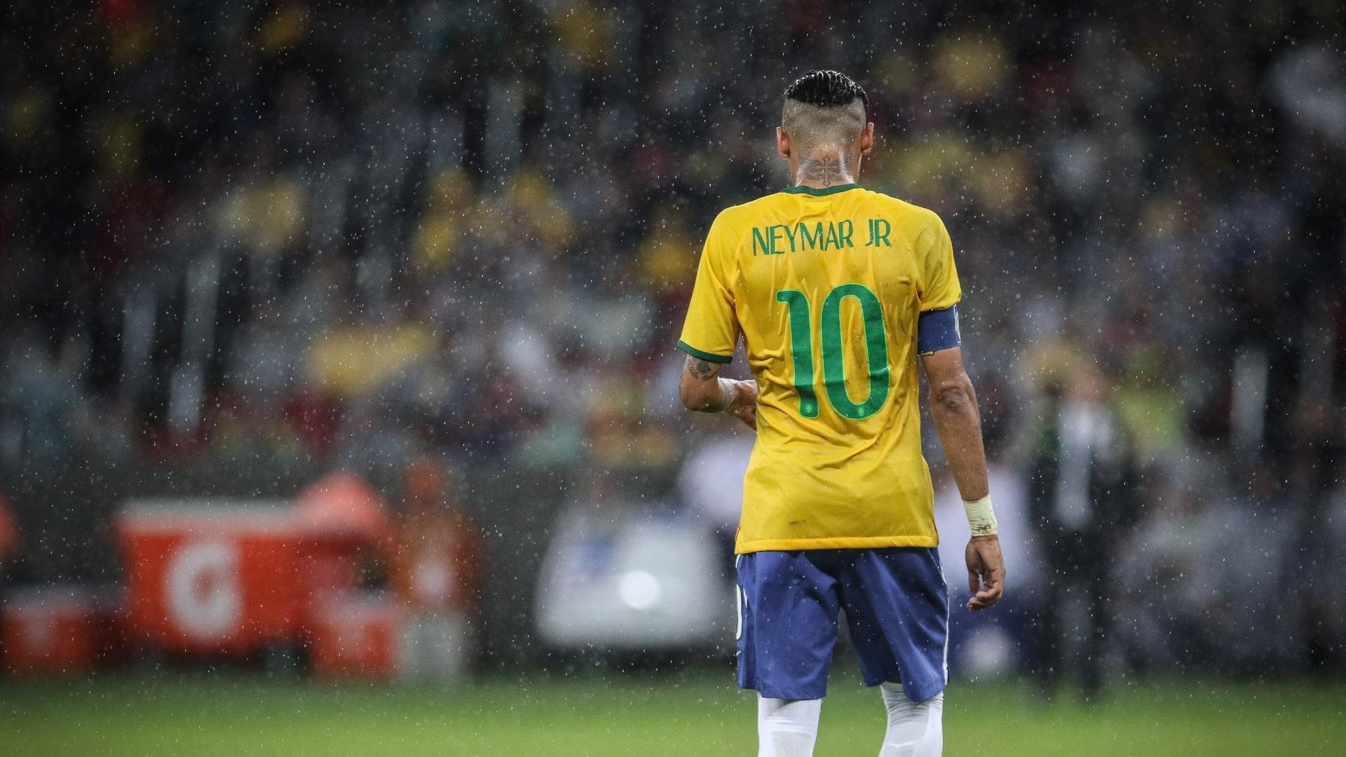 10.jun.2015 - Neymar é fotografado durante partida realizada no estádio Beira Rio, em Porto Alegre