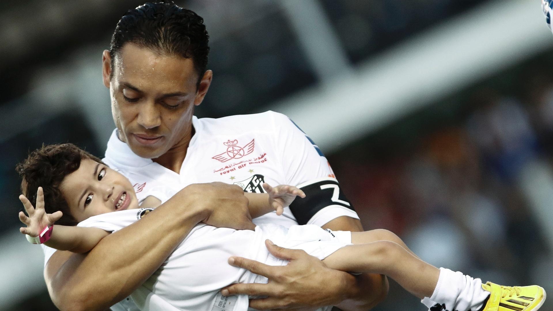 Ricardo Oliveira entra em campo com criança no colo