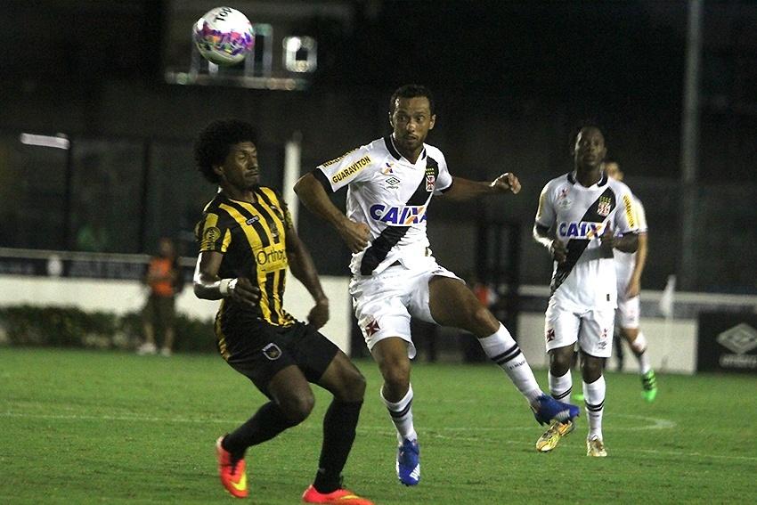 Nenê disputa bola de cabeça durante a partida entre Vasco e Volta Redonda