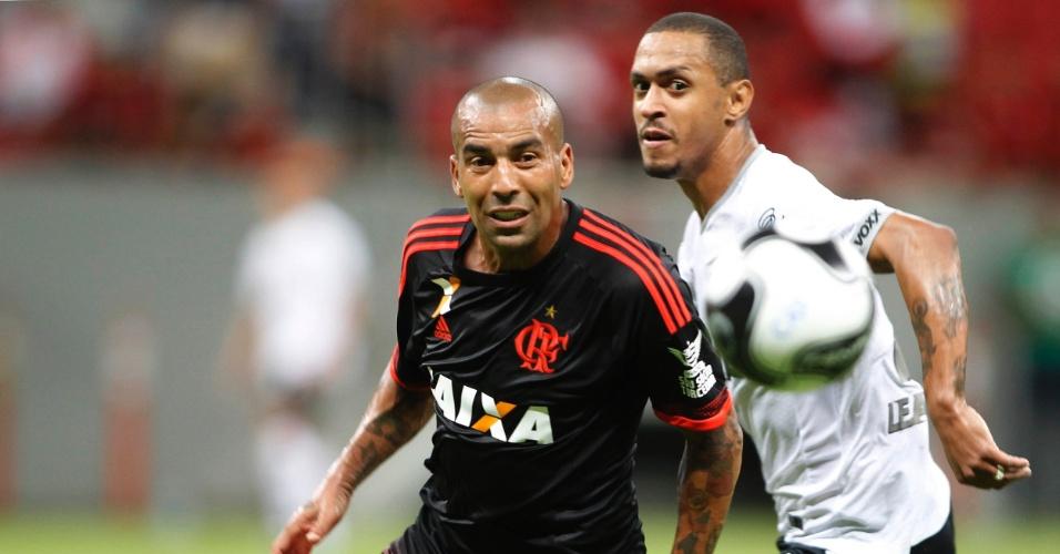 Emerson Sheik disputa bola para o Flamengo contra o Figueirense na Primeira Liga