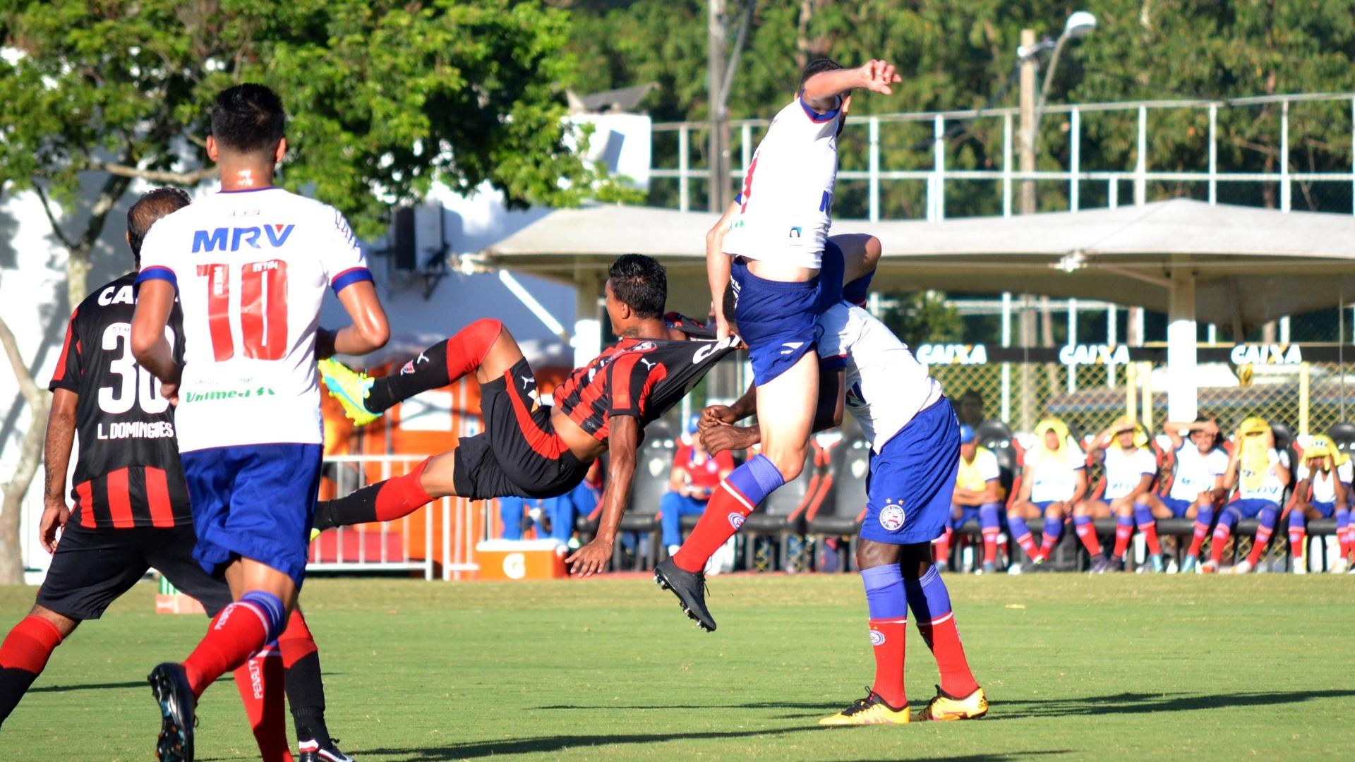 Jogadores de Vitória e Bahia disputam bola na primeira final do Estadual
