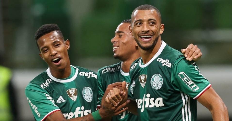 Tchê Tchê, Gabriel Jesus e Vitor Hugo celebram gol do Palmeiras contra o Fluminense