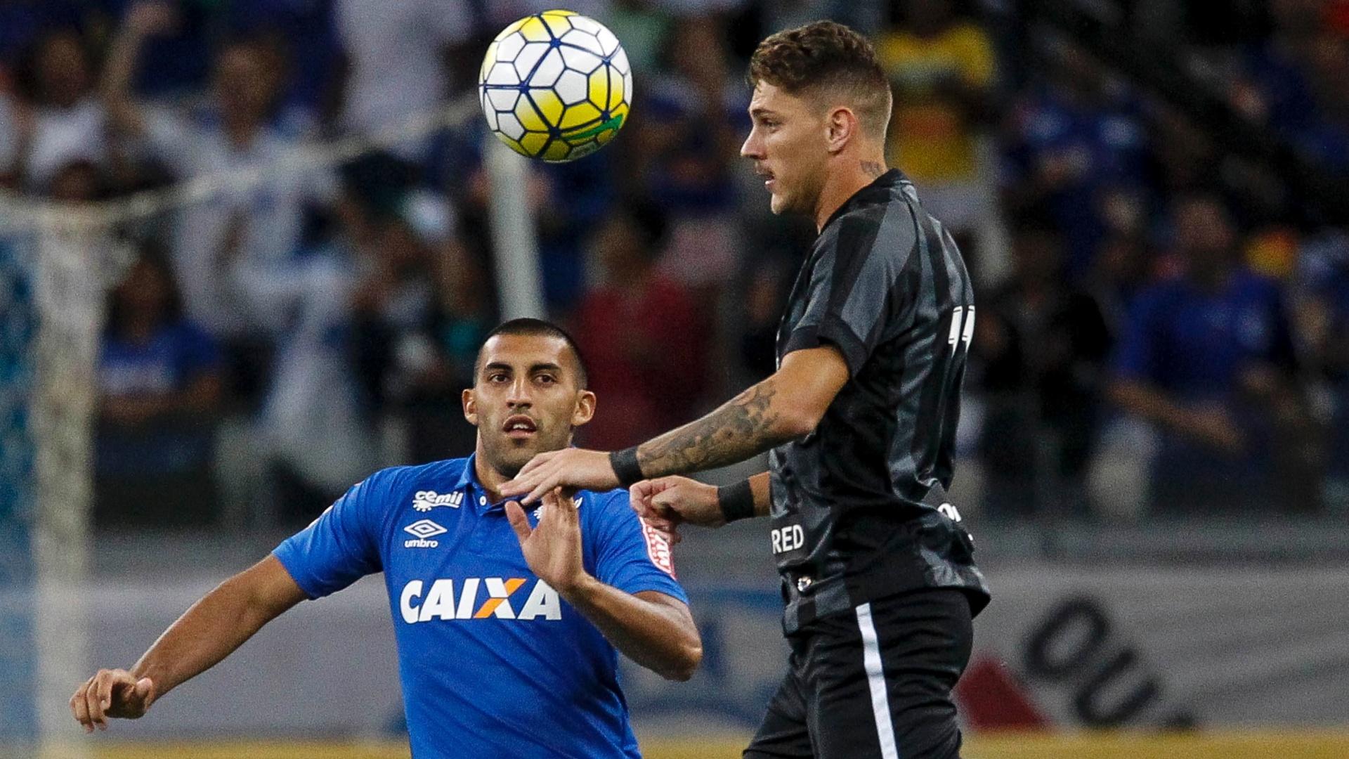 Ramón Ábila tenta desarmar o jogador do Botafogo durante partida pela Copa do Brasil