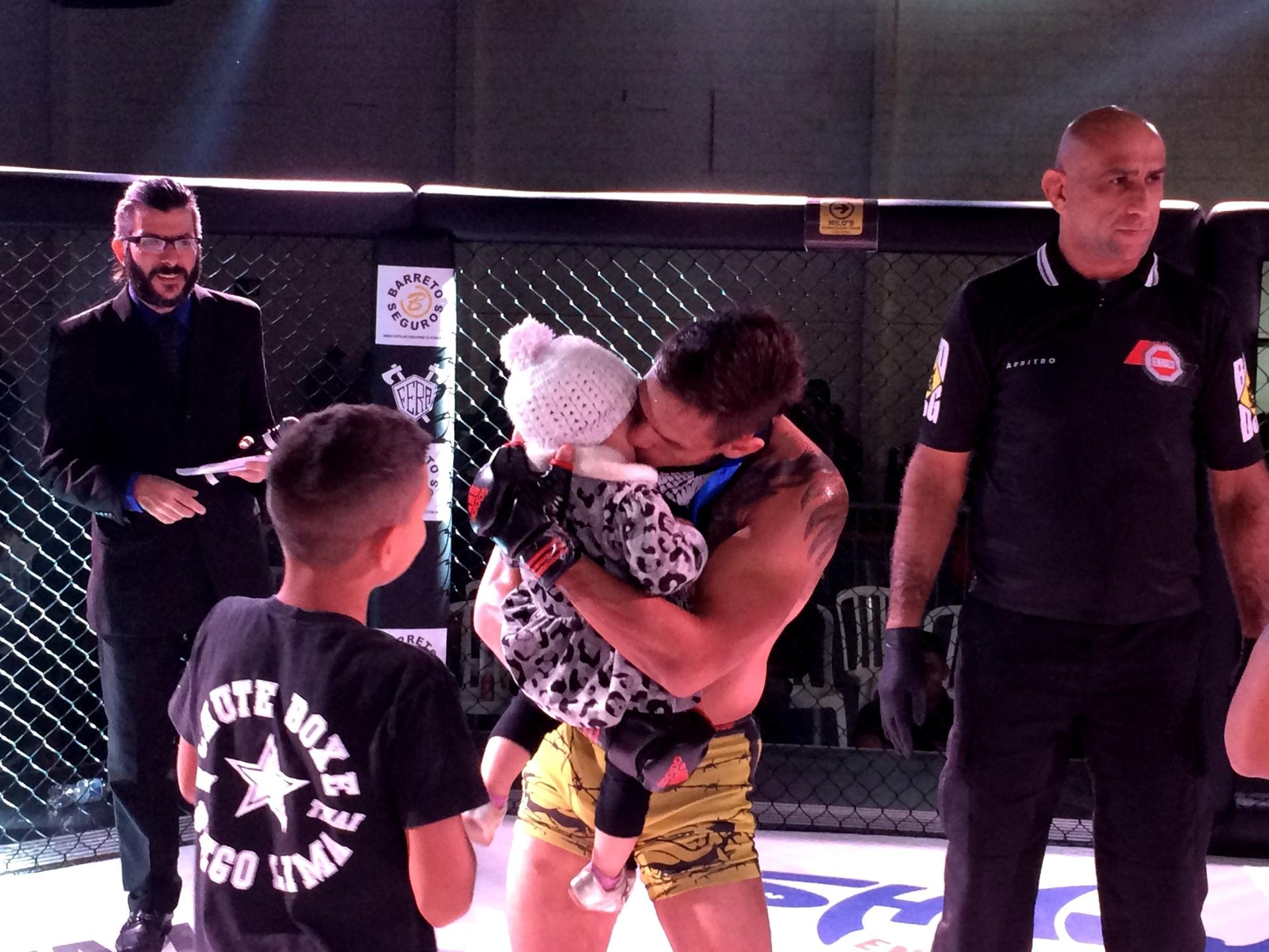 Anderson Berinja beija a filha após sua luta em torneio de MMA em São Paulo
