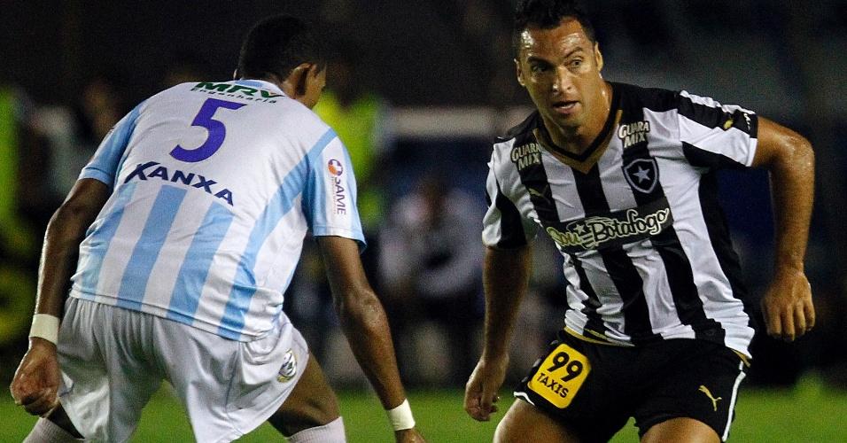 Daniel Carvalho conduz a bola em jogo do Botafogo contra o Macaé, pela Série B no estádio Moacyrzão