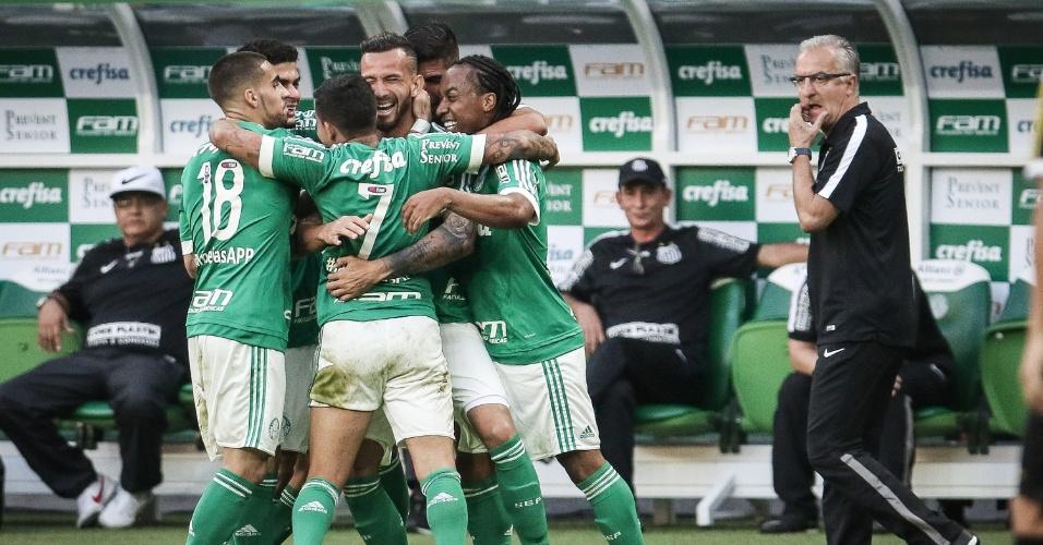 Jogadores do Palmeiras comemoram gol marcado por Leandro Pereira, no primeiro empo do clássico com o Santos