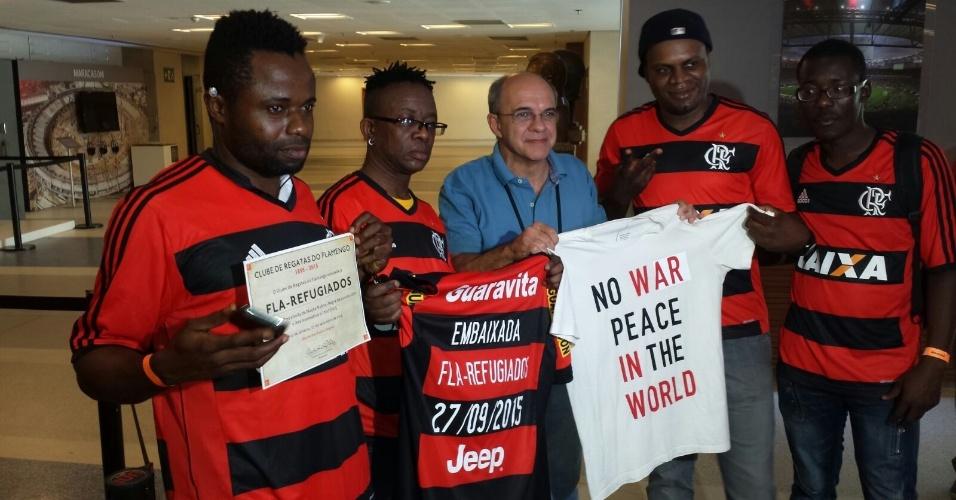 O presidente Eduardo Bandeira posa com os integrantes da embaixada Fla-Refugiados