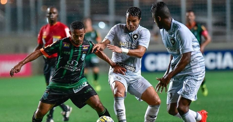 Lance da partida entre América-MG e Botafogo, disputada no Estádio Independência
