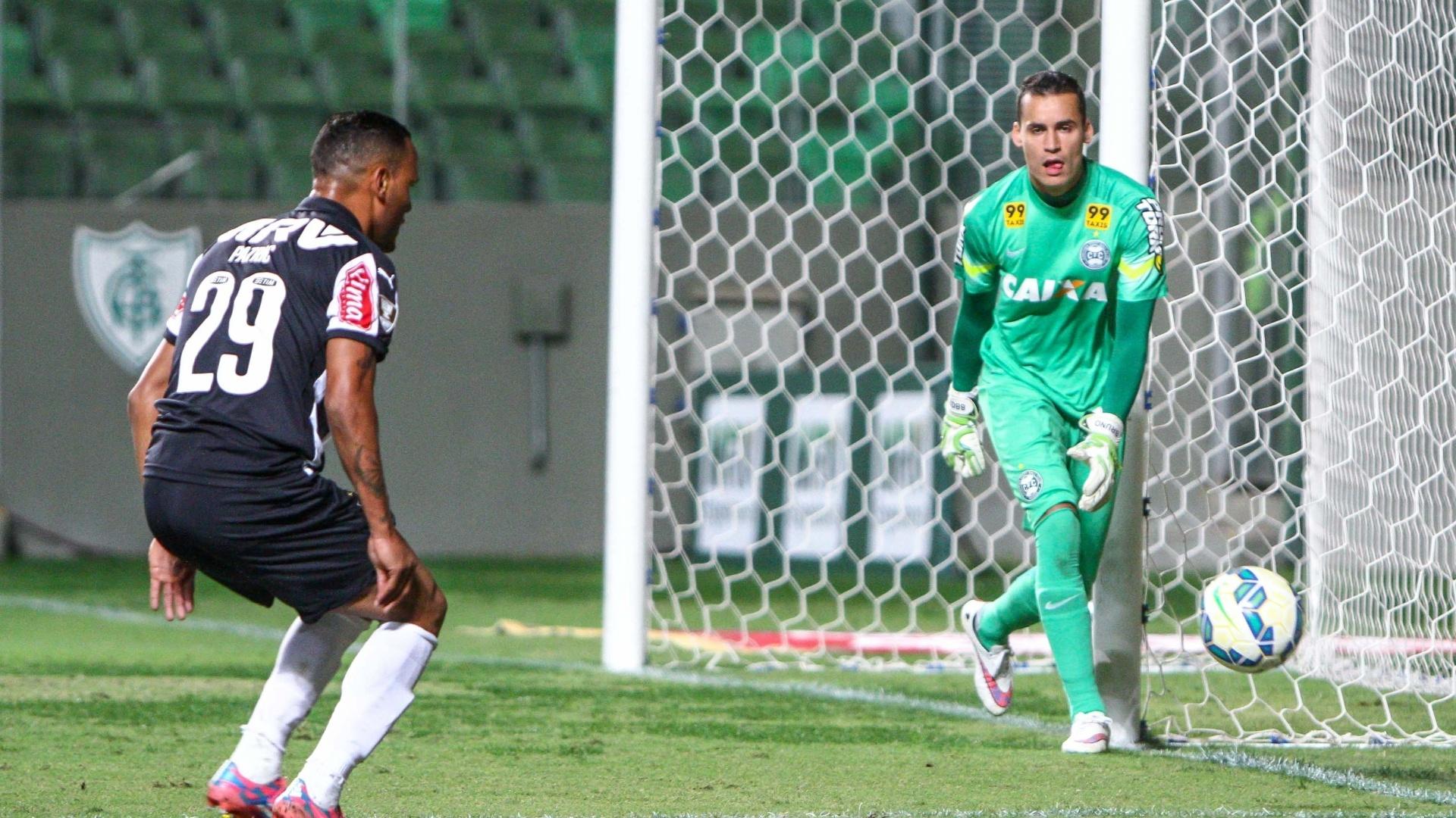 Patric se prepara para finalizar na partida entre Atlético-MG e Coritiba
