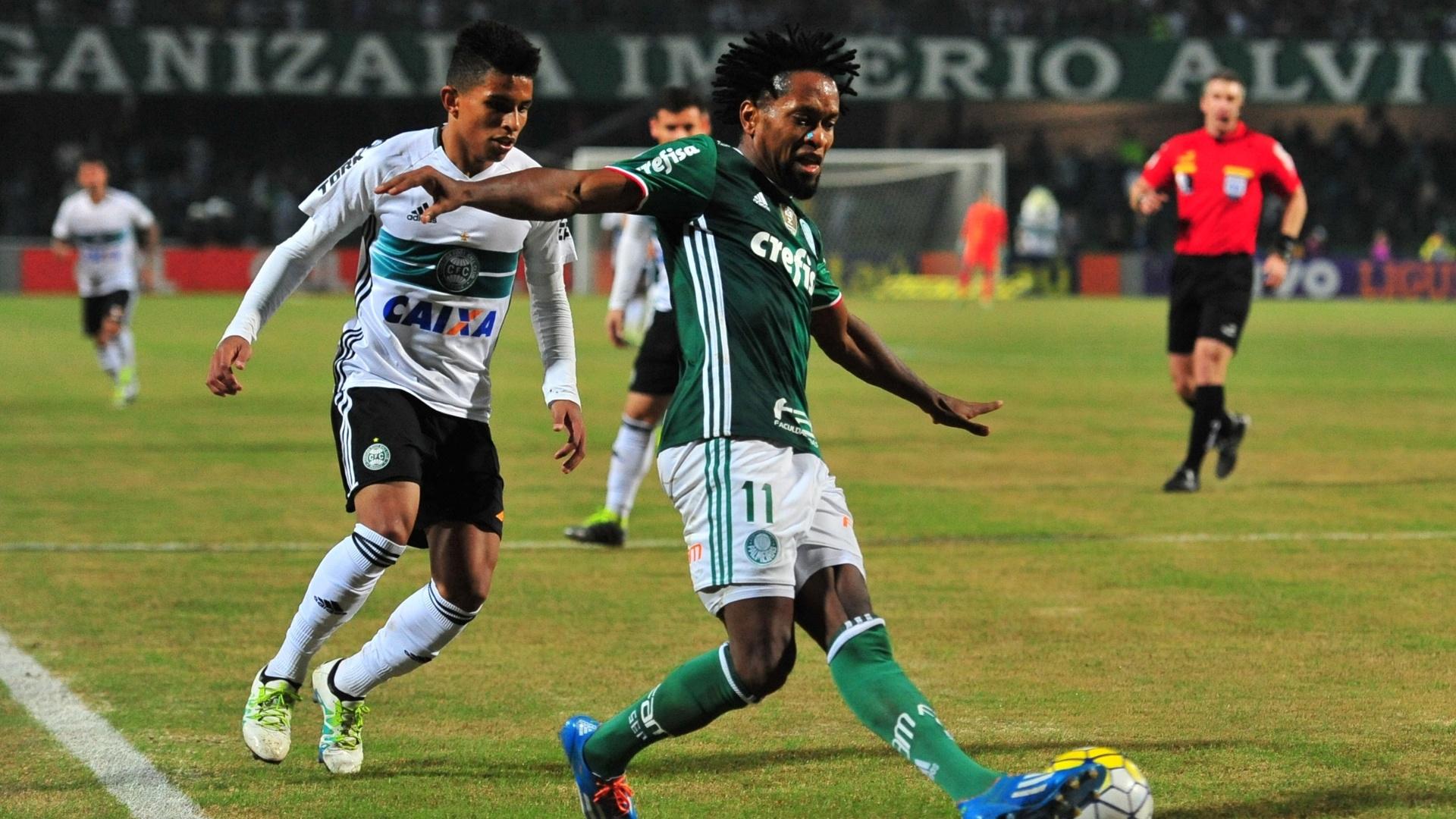 Zé Roberto, do Palmeiras, encara a marcação do Coritiba