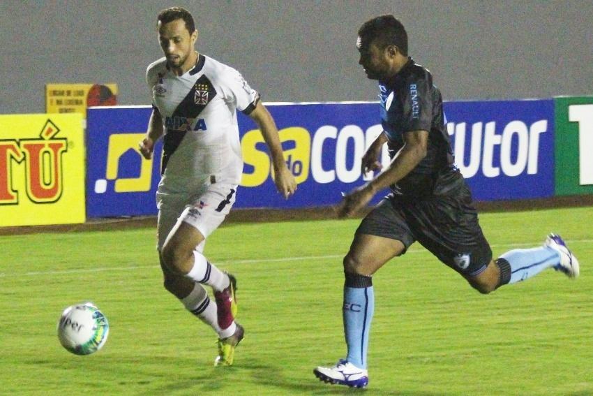 Nenê disputa bola no jogo Londrina x Vasco pela Série B
