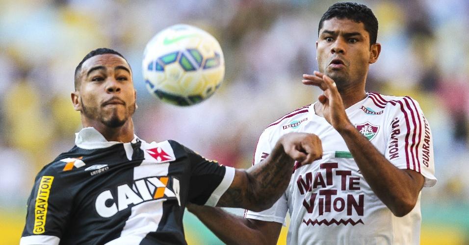 Christiano e Gum disputam a bola durante o clássico Fluminense e Vasco, no Maracanã