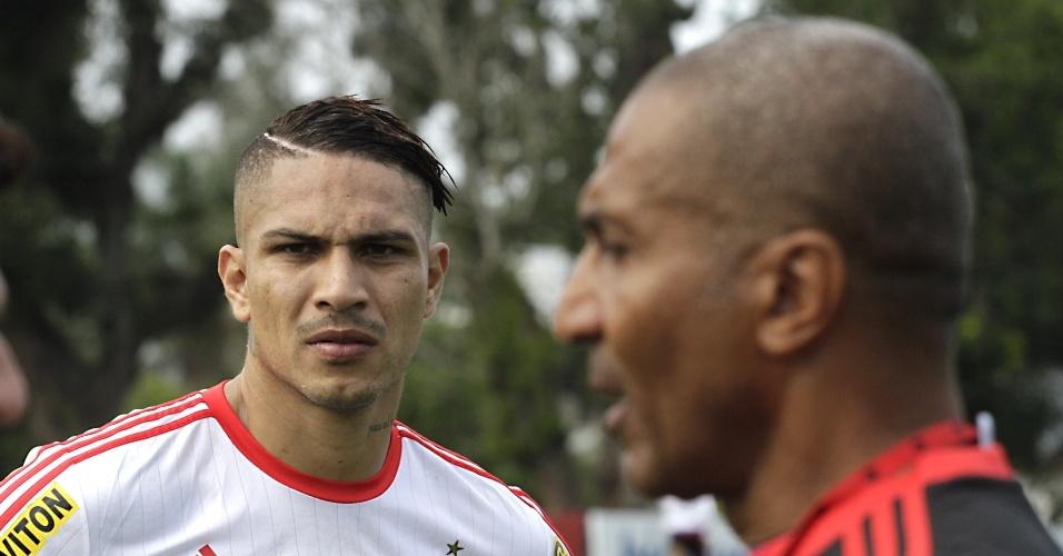 Paolo Guerrero observa o técnico Cristóvão Borges durante treinamento do Flamengo