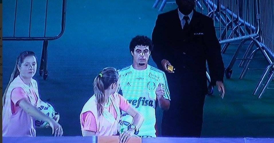 Egídio retorna dos vestiários do Palmeiras após ser expulso e ter cartão vermelho anulado contra a Chapecoense