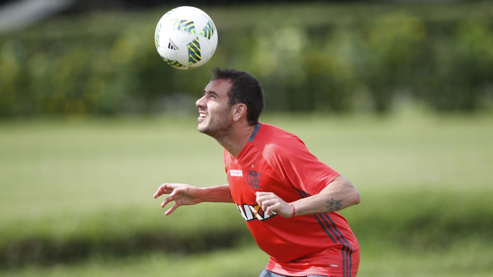 O argentino Mancuello controla a bola durante treinamento do Flamengo