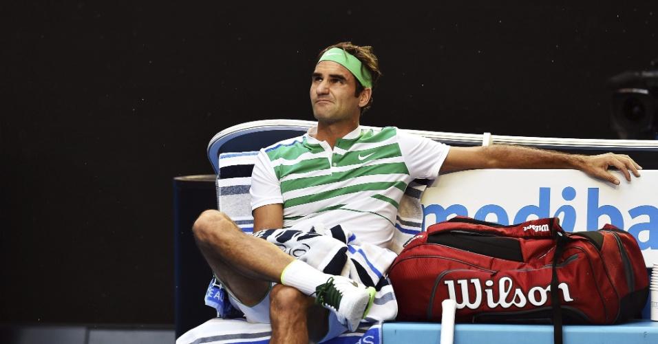 Roger Federer descansa em meio ao jogo contra Grigor Dimitrov pela terceira rodada do Aberto da Austrália 2016