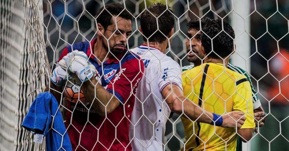 Palmeirenses e jogadores do Nacional entram em confusão após gol de Gabriel Jesus