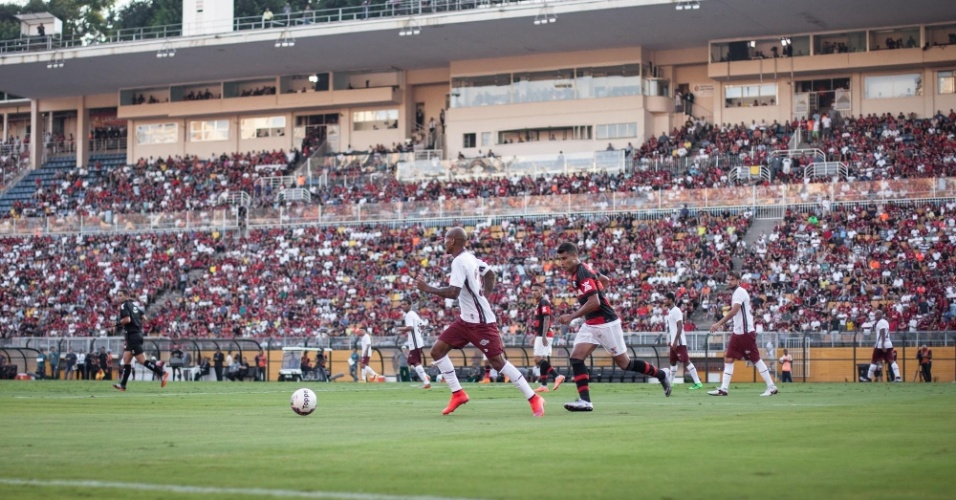 Jogadores de Flamengo e Fluminense jogam para um Pacaembu cheio. Mais de 30 mil pessoas acompanharam o clássico