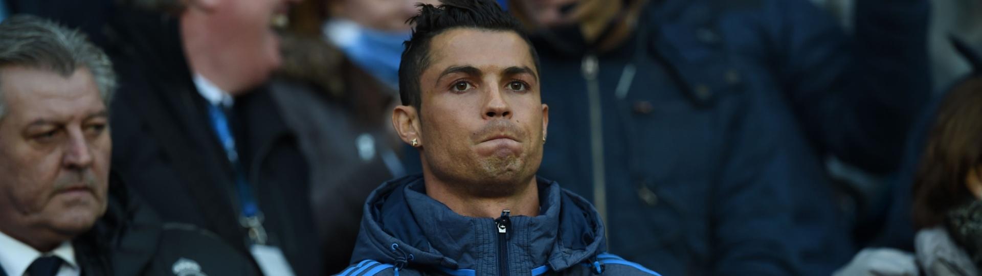 Cristiano Ronaldo acompanha a partida entre Manchester City e Real Madrid da arquibancada do Etihad Stadium