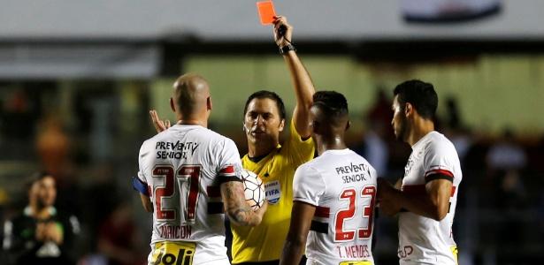 Expulsão de Maicon complicou o São Paulo no jogo contra o Atlético Nacional