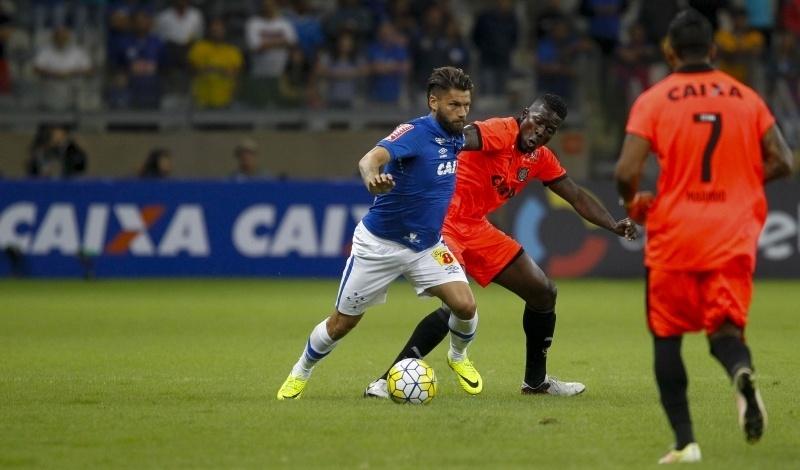 Rafael Sóbis encara marcação na partida Cruzeiro x Vitória pela Copa do Brasil