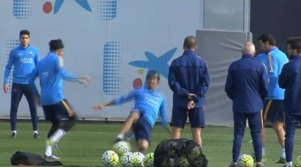Dani Alves dá carrinho sem noção em Neymar durante treinamento do Barcelona