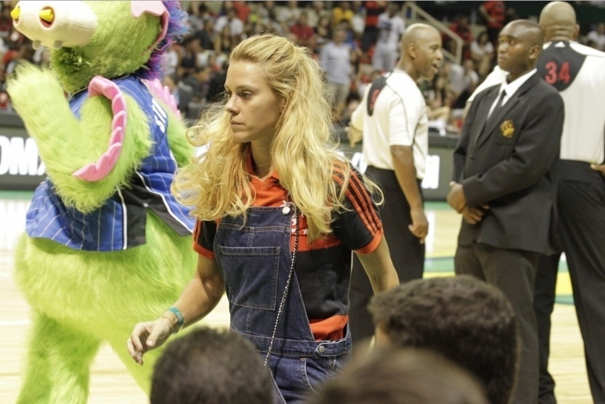 Carolina Dieckmann prestigiou o Flamengo contra o Orlando Magic