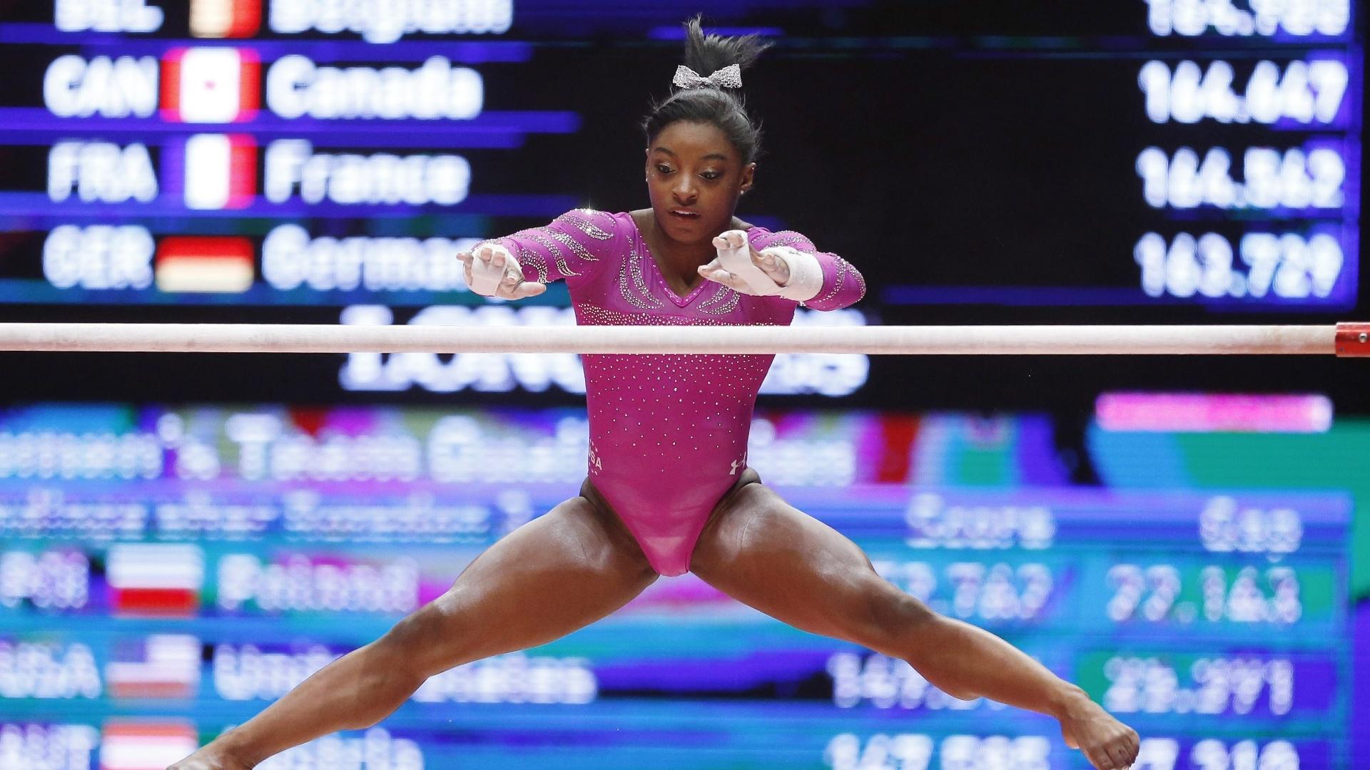 Melhor ginasta do mundo na atualidade, a americana Simone Biles se apresenta nas barras assimétricas durante o Mundial de ginástica artística