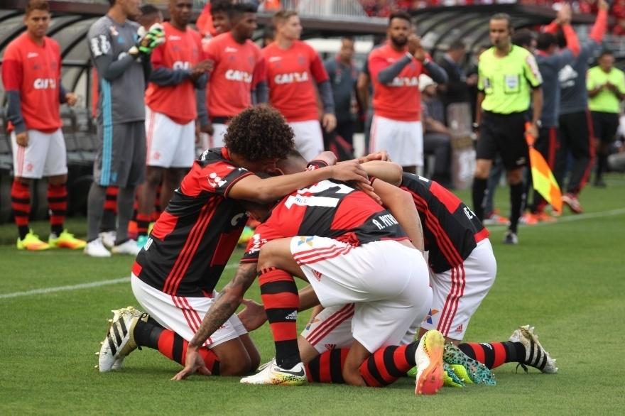 Jogadores do Flamengo comemoram gol marcado por Felipe Vizeu diante do Flamengo