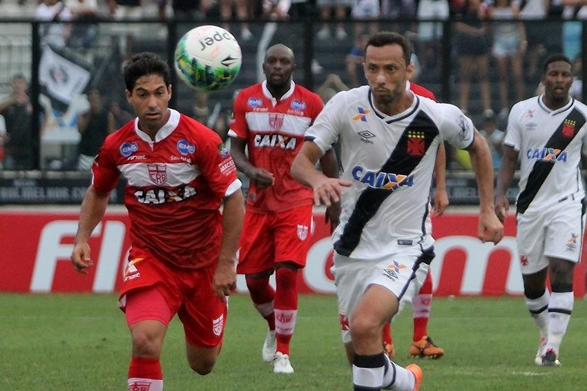 Nenê disputa bola em partida do Vasco contra o CRB