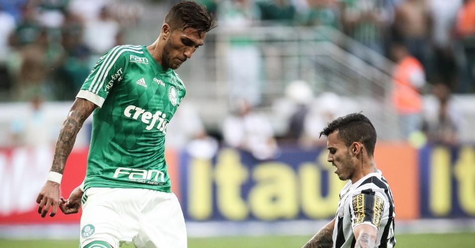 Zeca tenta desarmar Rafael Marques em lance do jogo entre Palmeiras e Santos, disputado no Allianz Parque