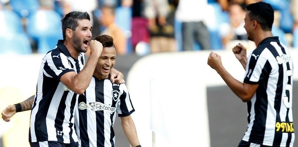 Navarro comemora após marcar para o Botafogo contra o Bragantino
