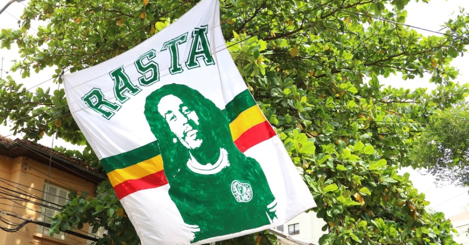 Torcida Rasta Alviverde estende bandeira com o rosto de Bob Marley perto do Allianz Parque