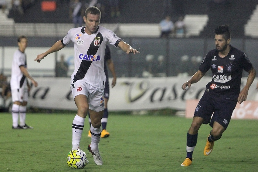 Marcelo Mattos conduz a bola durante a partida entre Vasco e Remo, pela Copa do Brasil