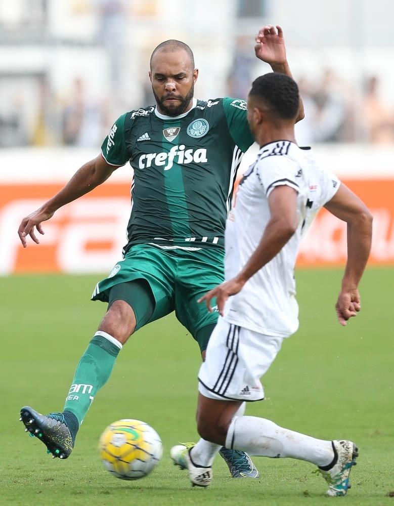 Alecsandro em ação na partida entre Ponte Preta e Palmeiras
