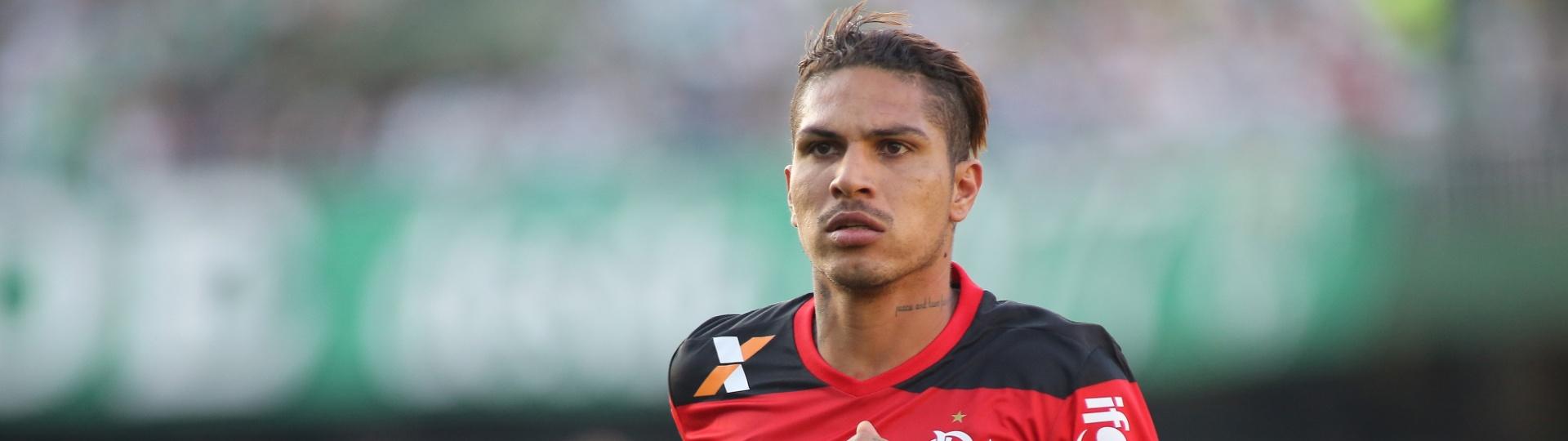 Guerrero comemora gol do Flamengo diante do Coritiba