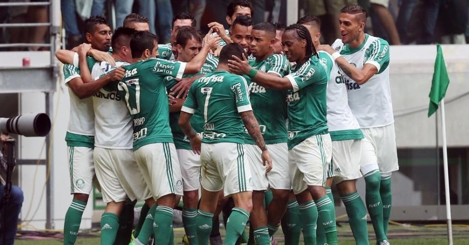 Jogadores do Palmeiras comemoram gol em partida contra o Corinthians neste domingo (6), pela Série A do Campeonato Brasileiro