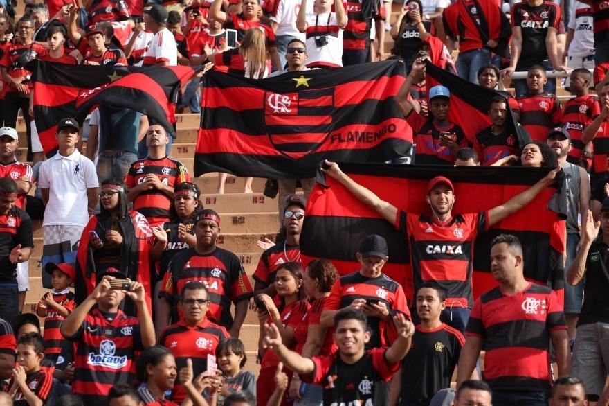Torcida do Flamengo faz festa no Estádio do Pacaembu em jogo contra o Santa Cruz