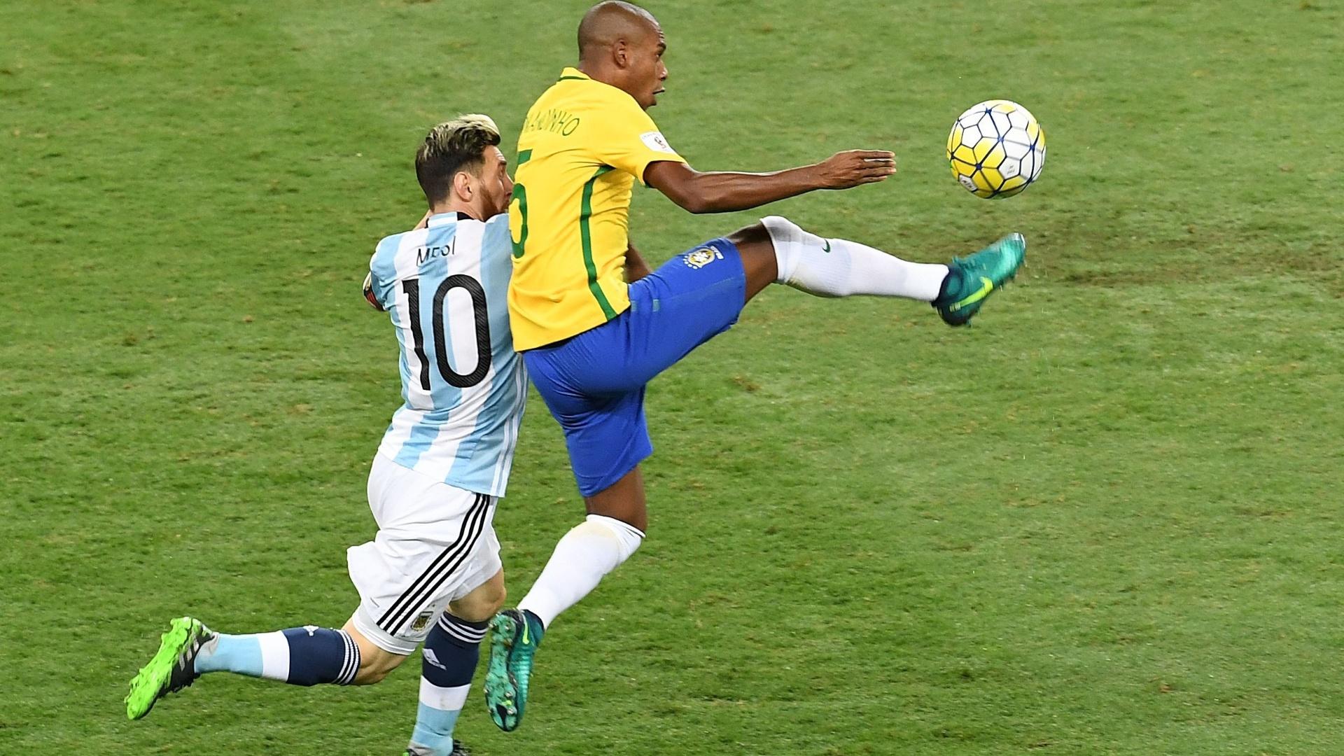 Fernandinho e Messi travam um duelo em particular