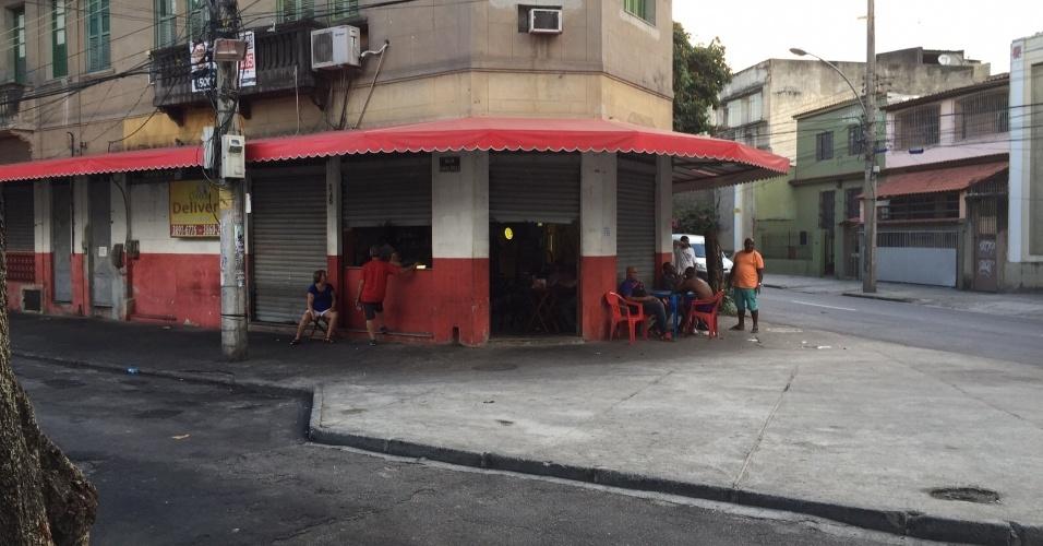 Comerciante espera últimos clientes antes de fechar as portas de seu bar nos arredores de São Januário