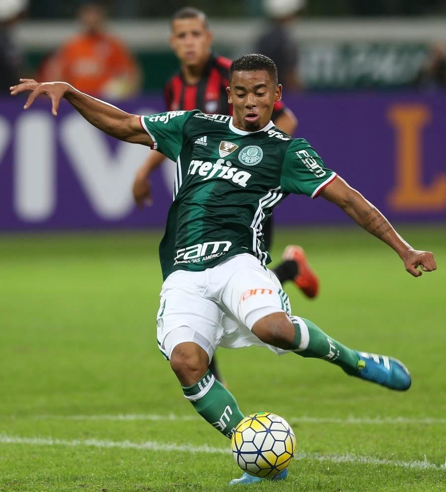 Gabriel Jesus se prepara para chutar e marcar o quarto gol do Palmeiras contra o Atlético-PR
