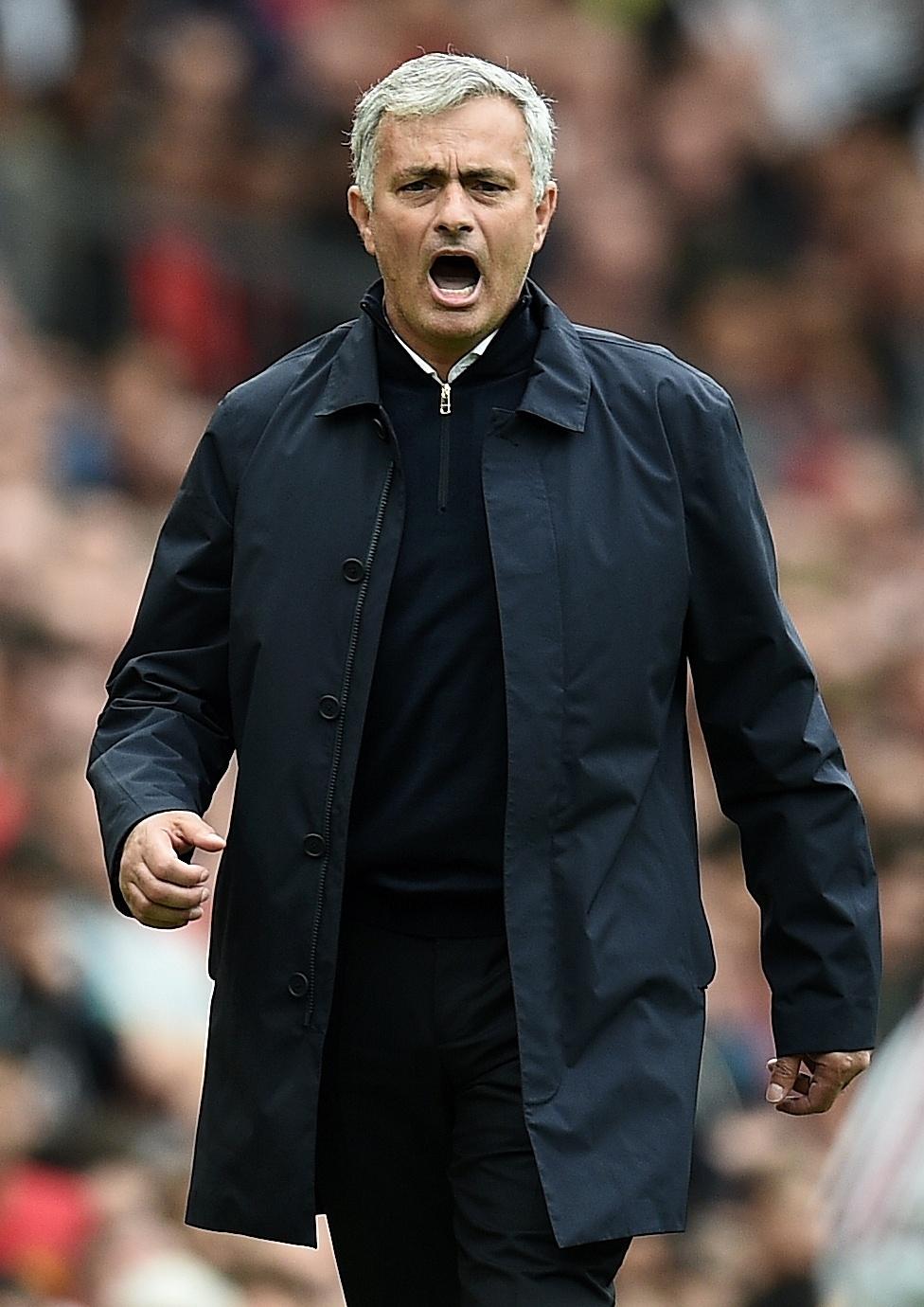 10.set.2016 - José Mourinho reclama durante clássico entre Manchester United e Manchester City