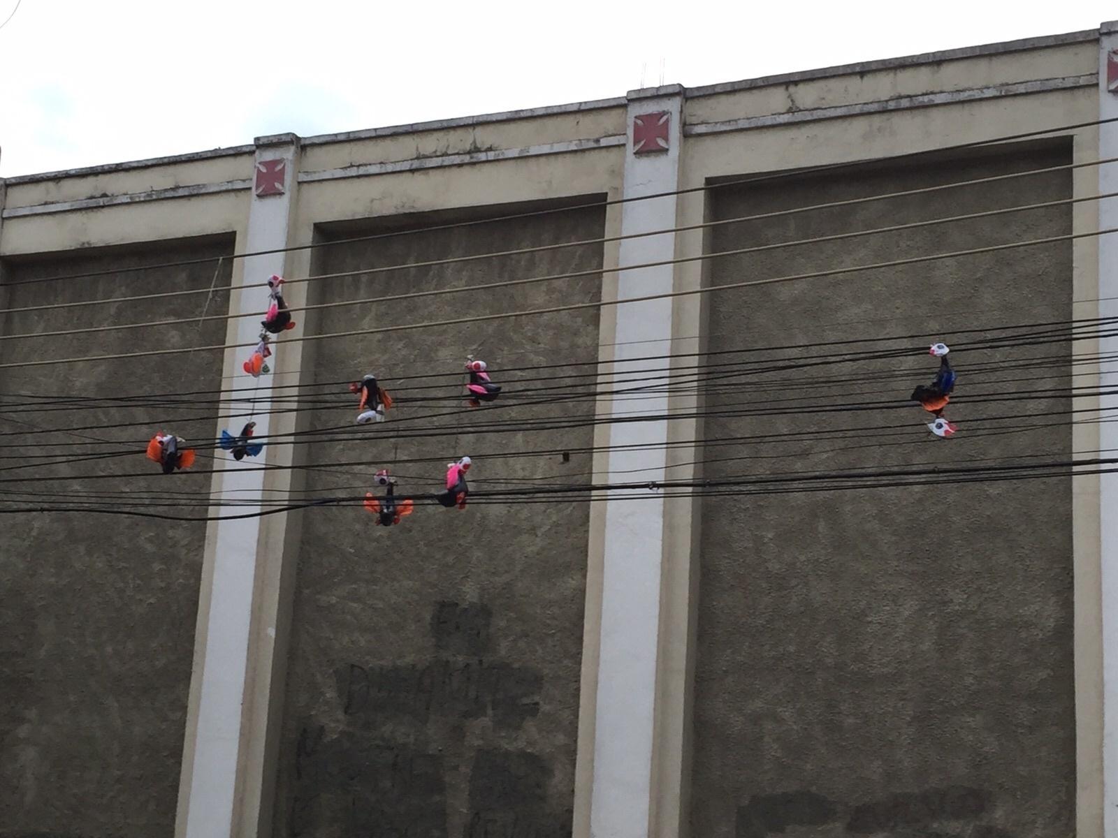 Em provocação aos torcedores corintianos, Galinhas foram penduradas na fiação que passa em frente a São Januário. Milho também foi jogado no entorno da entrada de visitante do estádio.