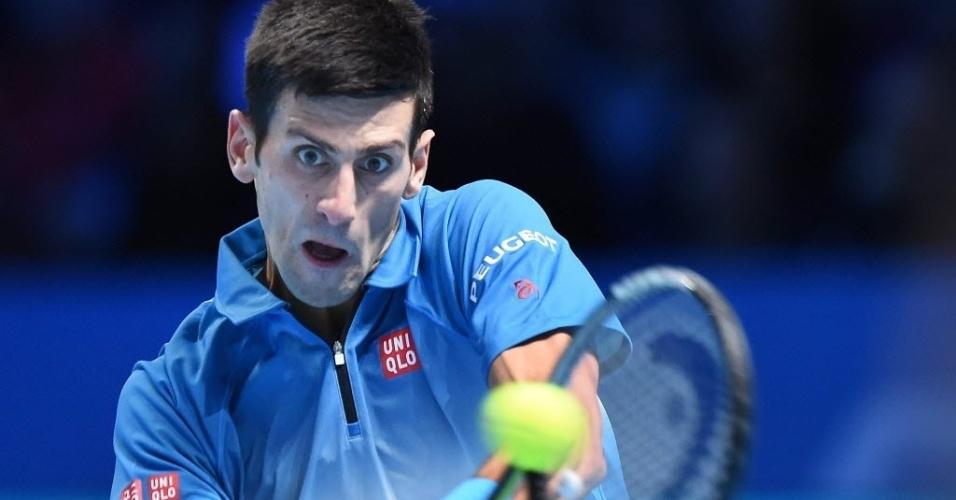 Novak Djokovic retorna bola de Roger Federer durante decisão do ATP Finals, neste domingo (22)