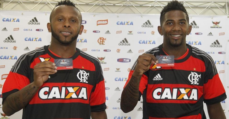 Chiquinho (e) e Rodinei (d) são apresentados como reforços do Flamengo para 2016
