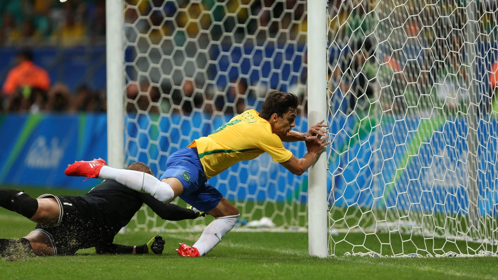 Após cobrança de falta, Rodrigo Caio quase marca para o Brasil contra a Dinamarca