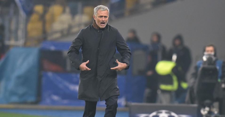 Mourinho reclama da arbitragem durante o confronto entre Chelsea e Dínamo de Kiev pela Liga dos Campeões