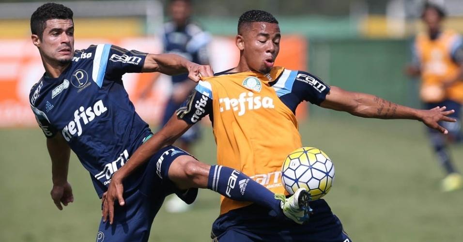 Egídio marca Gabriel Jesus em lance do treino do Palmeiras na Academia de Futebol