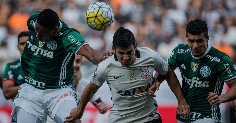 Balbuena tenta ganhar de cabeça no meio dos defensores do Palmeiras