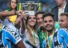 Carol Portaluppi invade o campo em festa do título do Grêmio e leva medalha - JEFFERSON BERNARDES/AFP